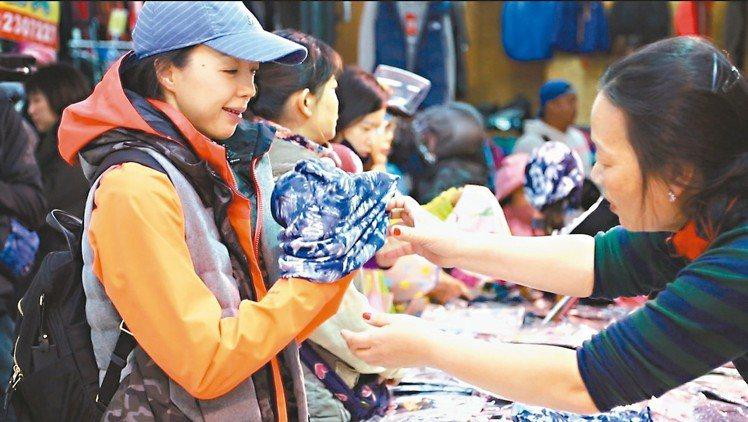 許芳宜每日必到家裡附近的市場兜轉尋寶。 記者陳立凱/攝影