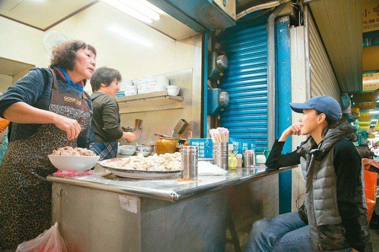 許芳宜最愛到市場和攤販話家常。 記者陳立凱/攝影