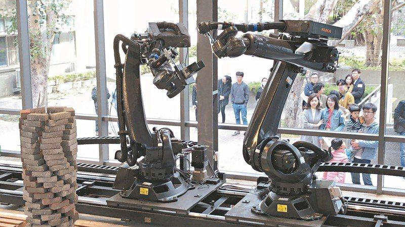 逢甲大學建築專業學院耗時1年,打造台灣校園中最大的設計與智慧製造工場「RoSoCoop數位製造合作社」。 記者陳秋雲/攝影