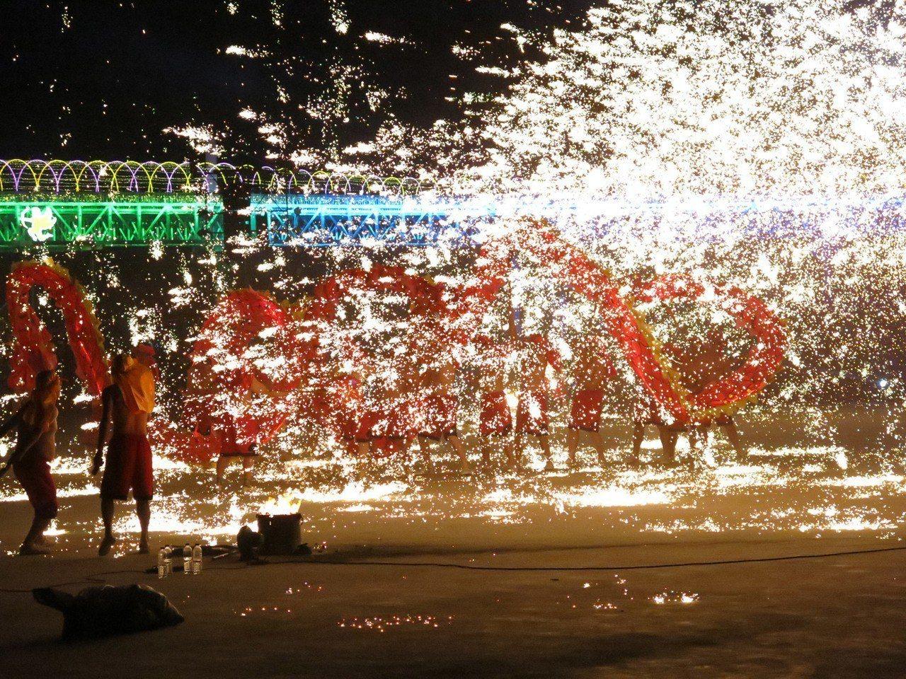 銅梁火龍3度受邀來台參與南投燈會,人潮擠爆貓羅溪兩岸,上萬民眾現場驚呼連連,成為...