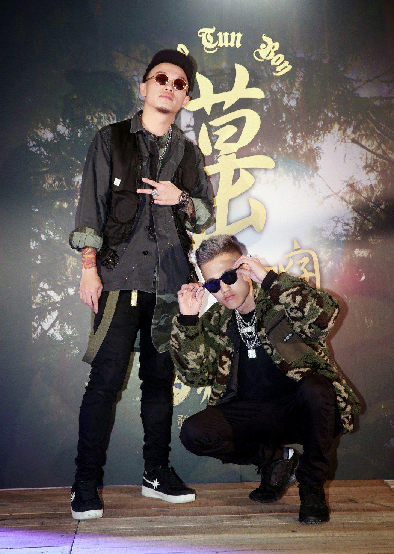 草屯囝仔首張創作台語專輯《貓霧仔光》舉行發片記者會,二人現場表演新專輯裡的歌曲。...
