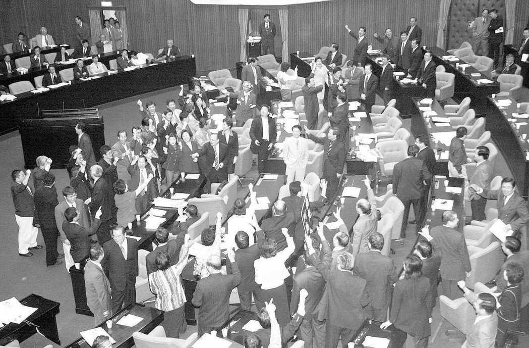 2000年因為「核四停建」案的宣布,演變成朝野對決,立法院在野黨「倒閣案」和「罷...