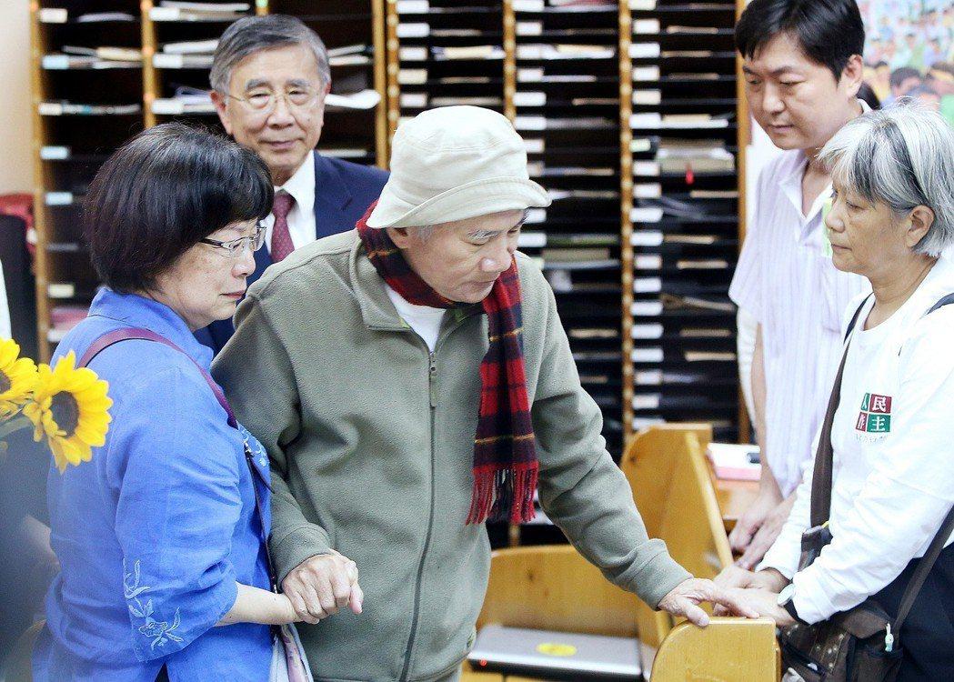 2014年為反核四而禁食第三天的民進黨前主席林義雄(中)。 圖/聯合報系資料照片