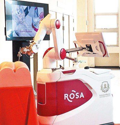 法國ROSA機器人可以在脊椎手術中,幫助醫師將骨釘釘入最佳位置。 記者魏翊庭/攝...