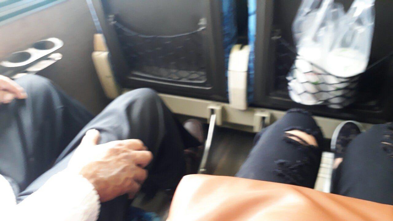 一名網友搭乘自強號座位被佔,發文抱怨竟有人投機心態,利用老人家佔位子。圖擷自爆怨...
