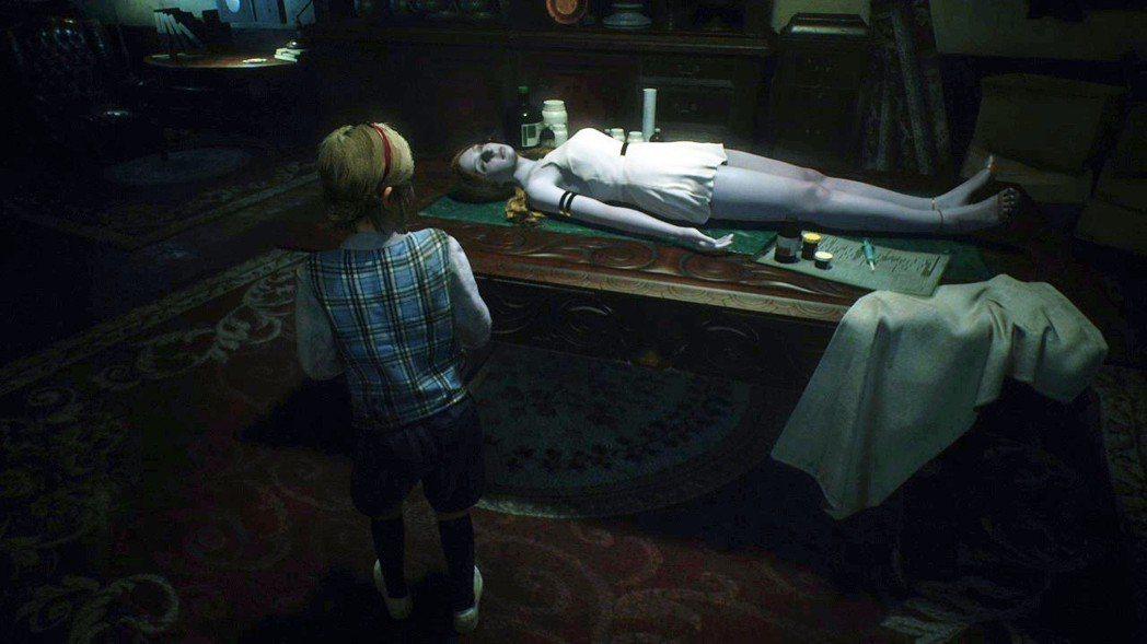 在雪莉的故事章節裡面,可以看到凱瑟琳已經不幸遇難,躺在局長的工作桌上準備要被製作...