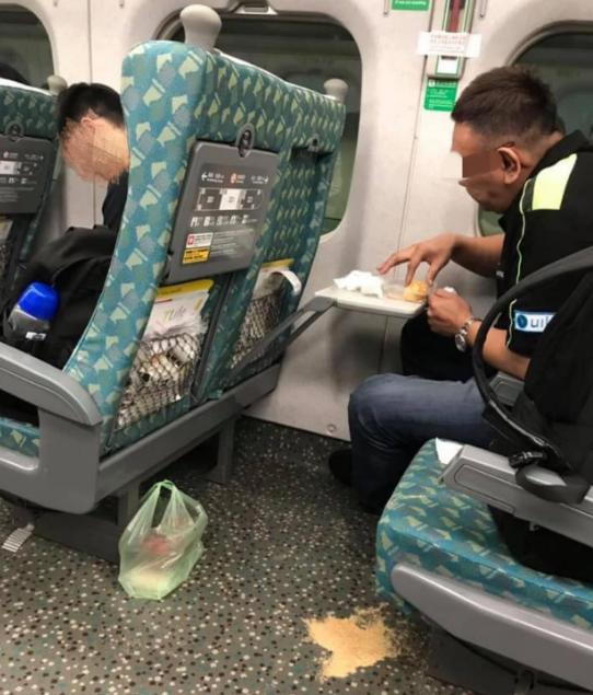 男子在高鐵上吃麻糬,花生粉撒滿地不清理就下車,網友痛批沒水準。圖擷自爆料公社