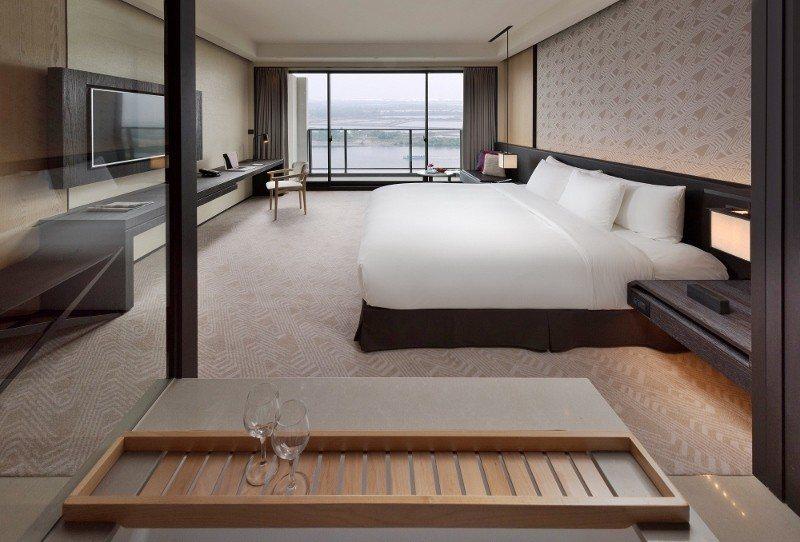 台南大員皇冠假日酒店豪華客房,向外可望見出海口,視野迷人。 業者/提供