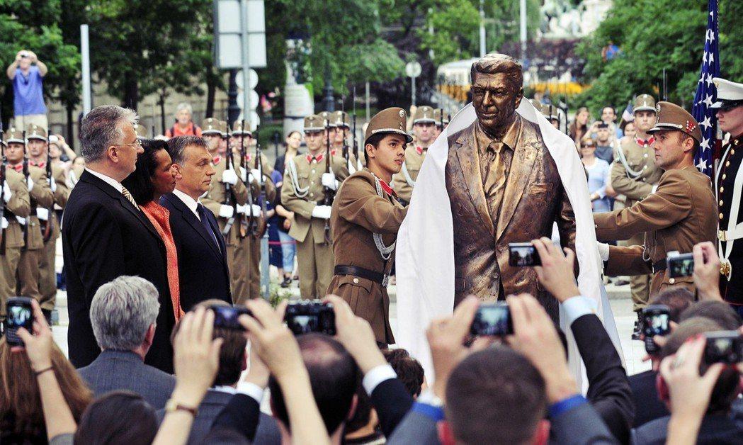 在冷戰結束後的很長一段時間裡,匈牙利都是美國「東進」的忠實盟友。圖為2011年,...
