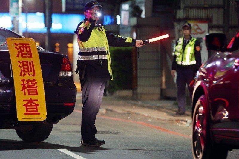 警員於農曆新年期間加強進行酒測臨檢。 圖/聯合報系資料照
