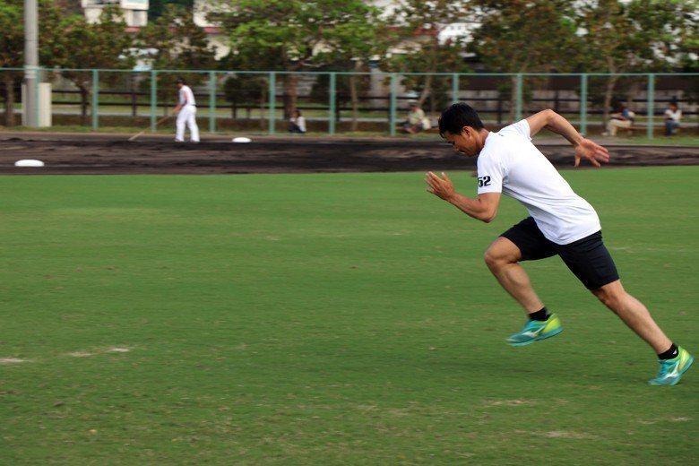 在沖繩北部國頭球場,宮台一人做著自主訓練。 圖/作者自攝