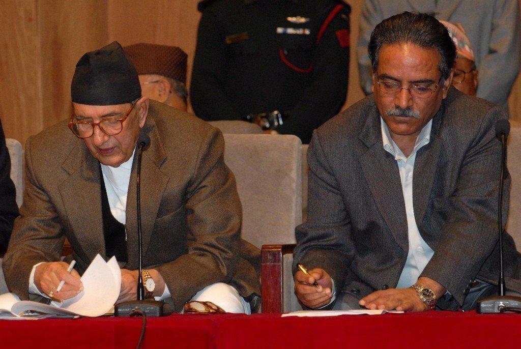 2006年,尼泊爾首相柯伊拉臘(左)與游擊隊領導人普拉昌簽署和平協議畫面。 圖/...