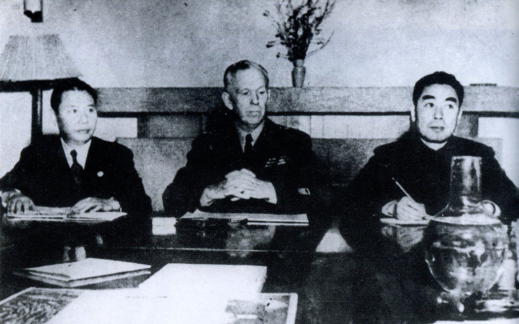 由左至右是國民政府代表張群、調停使馬歇爾,以及中共代表周恩來。三人小組在1946...