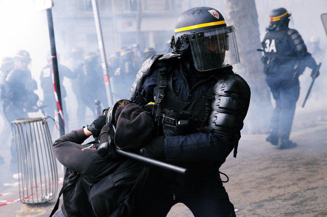 如果說黃背心的抗爭訴求和手段,刷新了過去老牌社運組織的抗議手法,那麼國家機器壓制...