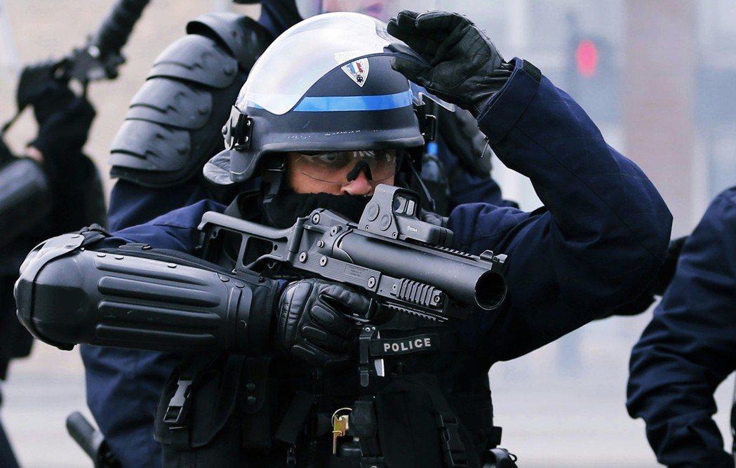 這套守舊的管理思維外,法國警察更配備了其他民主國家抗議現場中少見的鎮暴武器:「F...