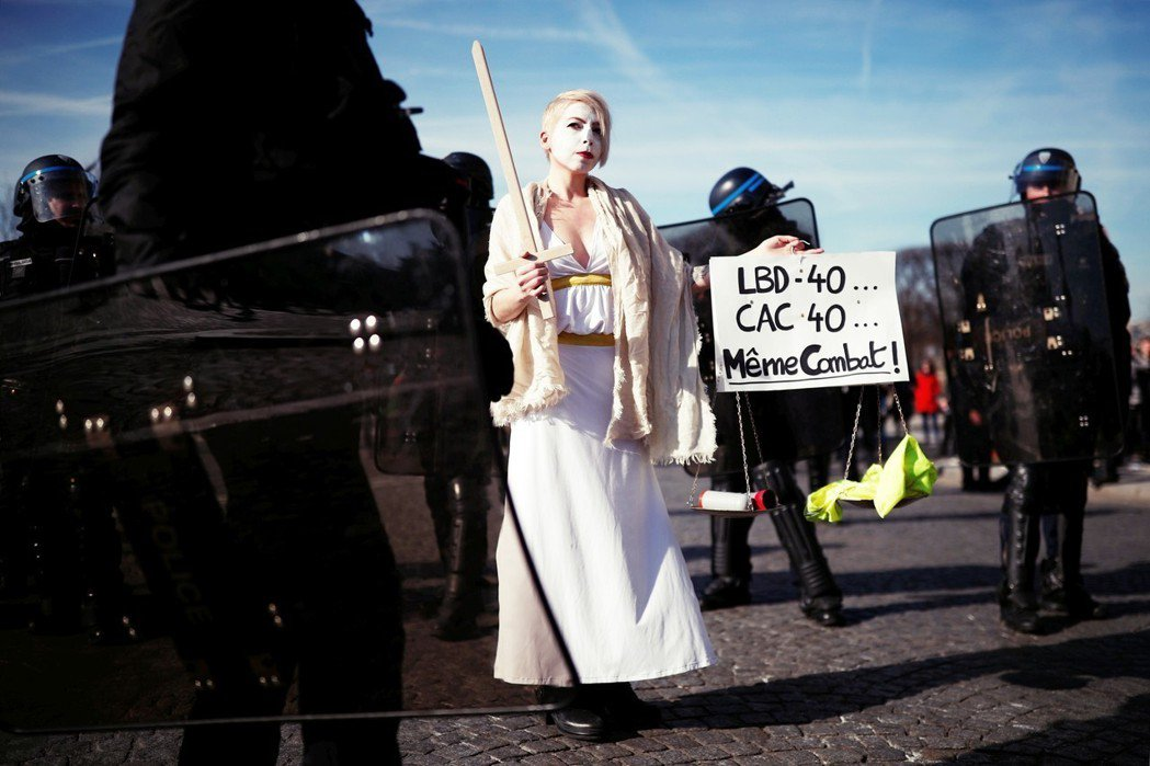 「LBD-40(橡膠榴彈槍,象徵國家暴力),CAC 40(法國巴黎證券交易所,象...