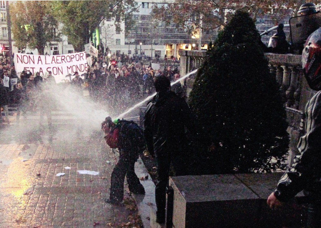 即使遊行中充滿家庭與孩童,法國警察往往也不吝出動催淚瓦斯和水車,逼迫抗議者提前解...