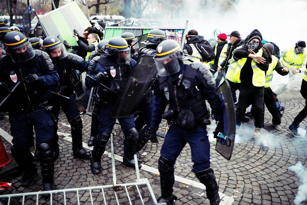 許多警察和黃背心成員一樣面臨著帳戶月光的困窘,一樣受到燃料稅調漲的衝擊,他們對黃...