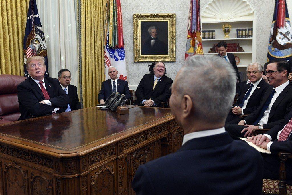 今年2月,美國總統川普與中國國務院副總理劉鶴就中美經貿問題進行談判。 圖/美聯社