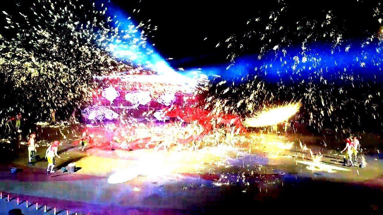 重慶銅梁火龍今年是第三度來台演出,利用燒熔鐵爐中的生鐵熔化成攝氏1500度鐵水,...