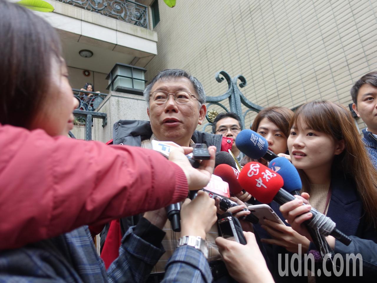 台北市長柯文哲爆粗口的影片不僅被媒體拍到,甚至還被柯文哲的粉絲團直播出去。對此,...