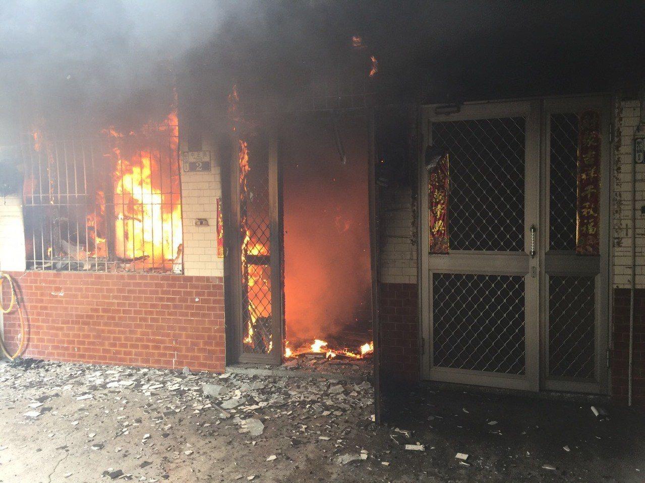 台南市新化區中正路民宅起火,消防員到達時已全面燃燒。圖/台南市消防局提供