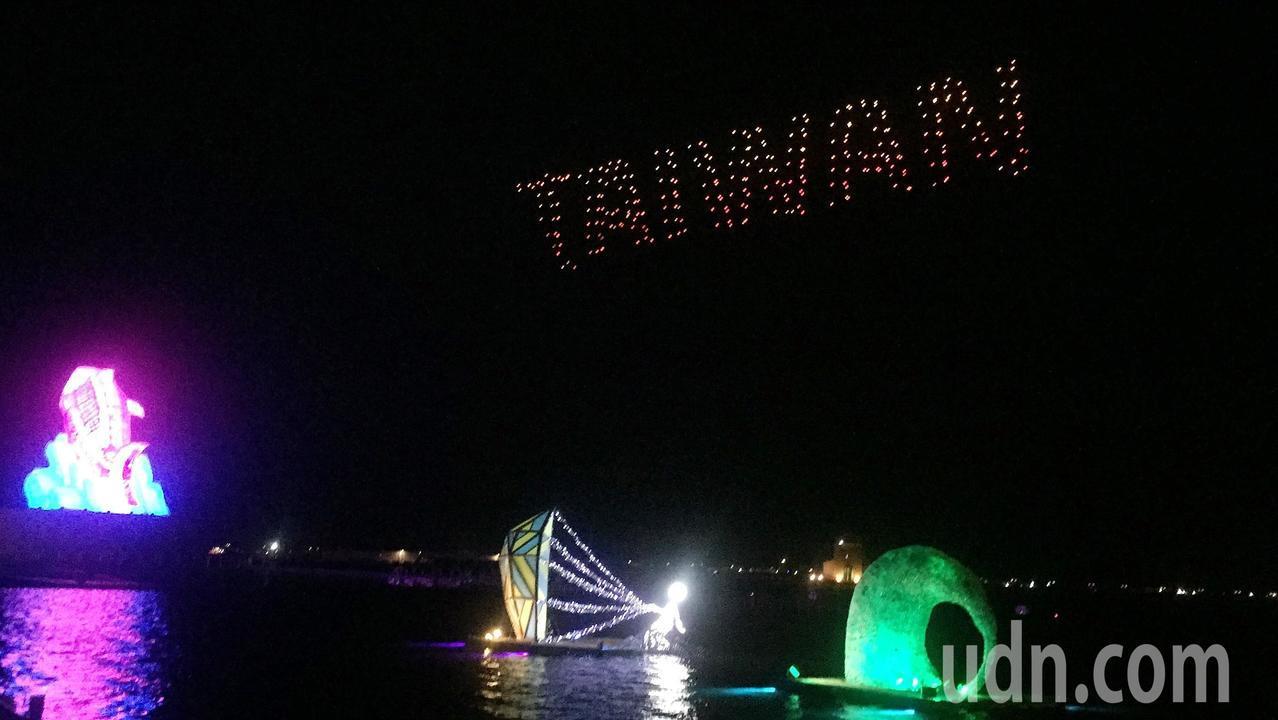 300無人機排出「TAIWAN」字樣,讓現場民眾超感動。記者翁禎霞/攝影
