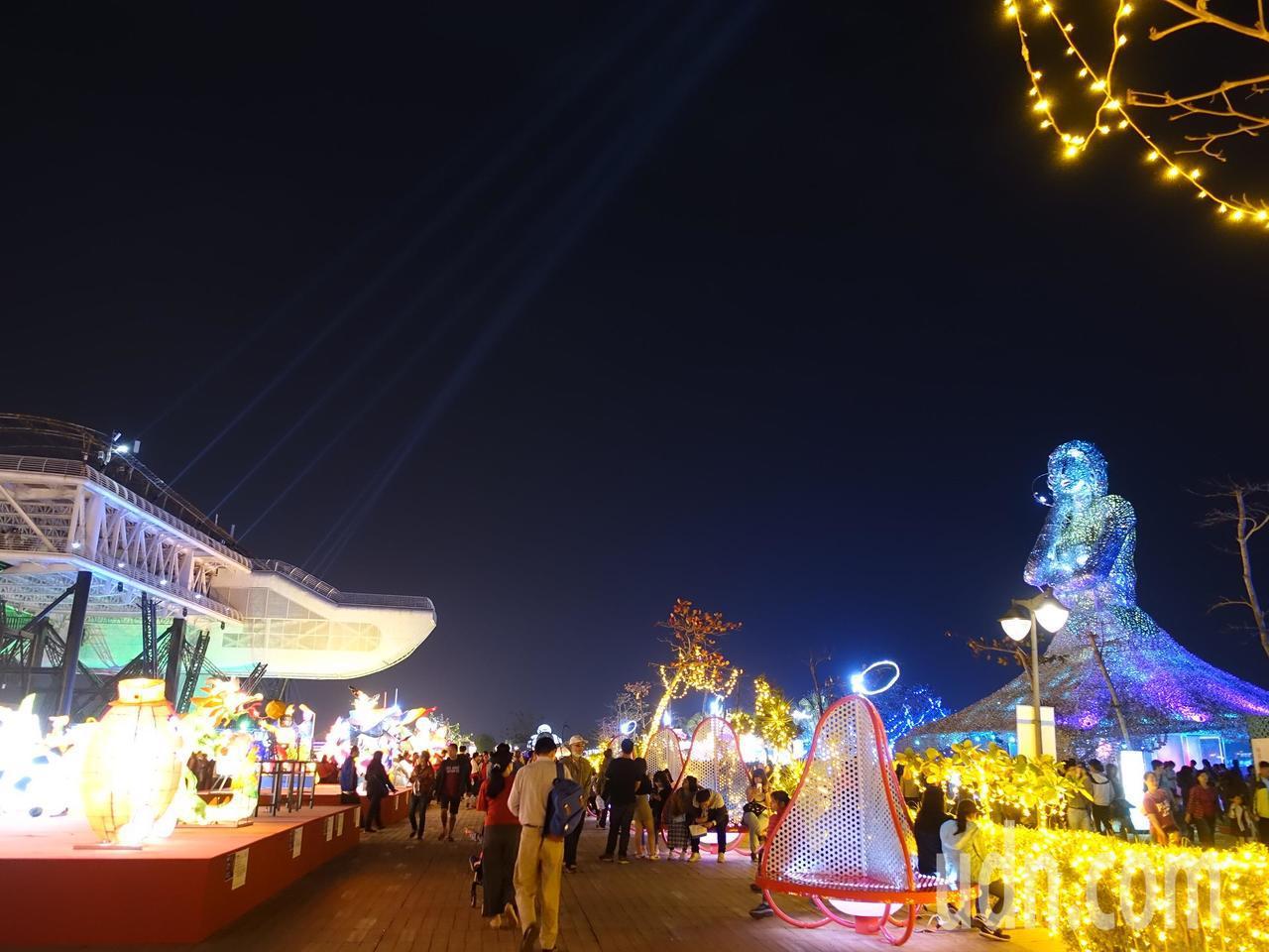 大鵬灣的飛機與海之女神相望,現場光影奪目。記者翁禎霞/攝影
