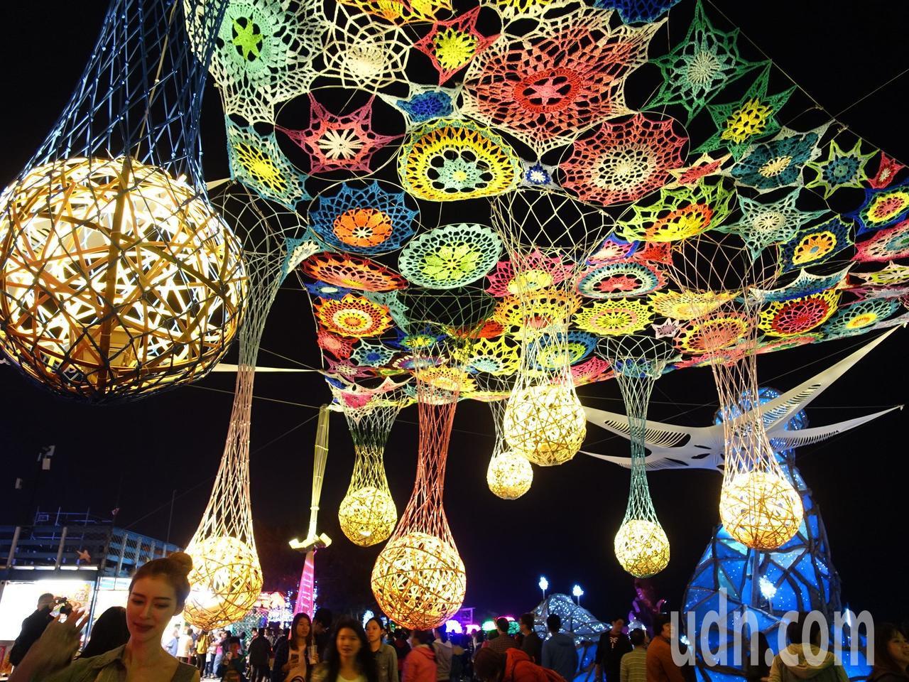 台灣燈會的大鵬灣燈區包括20個特色燈區,共有184個主題燈及600多座競賽燈,藝...
