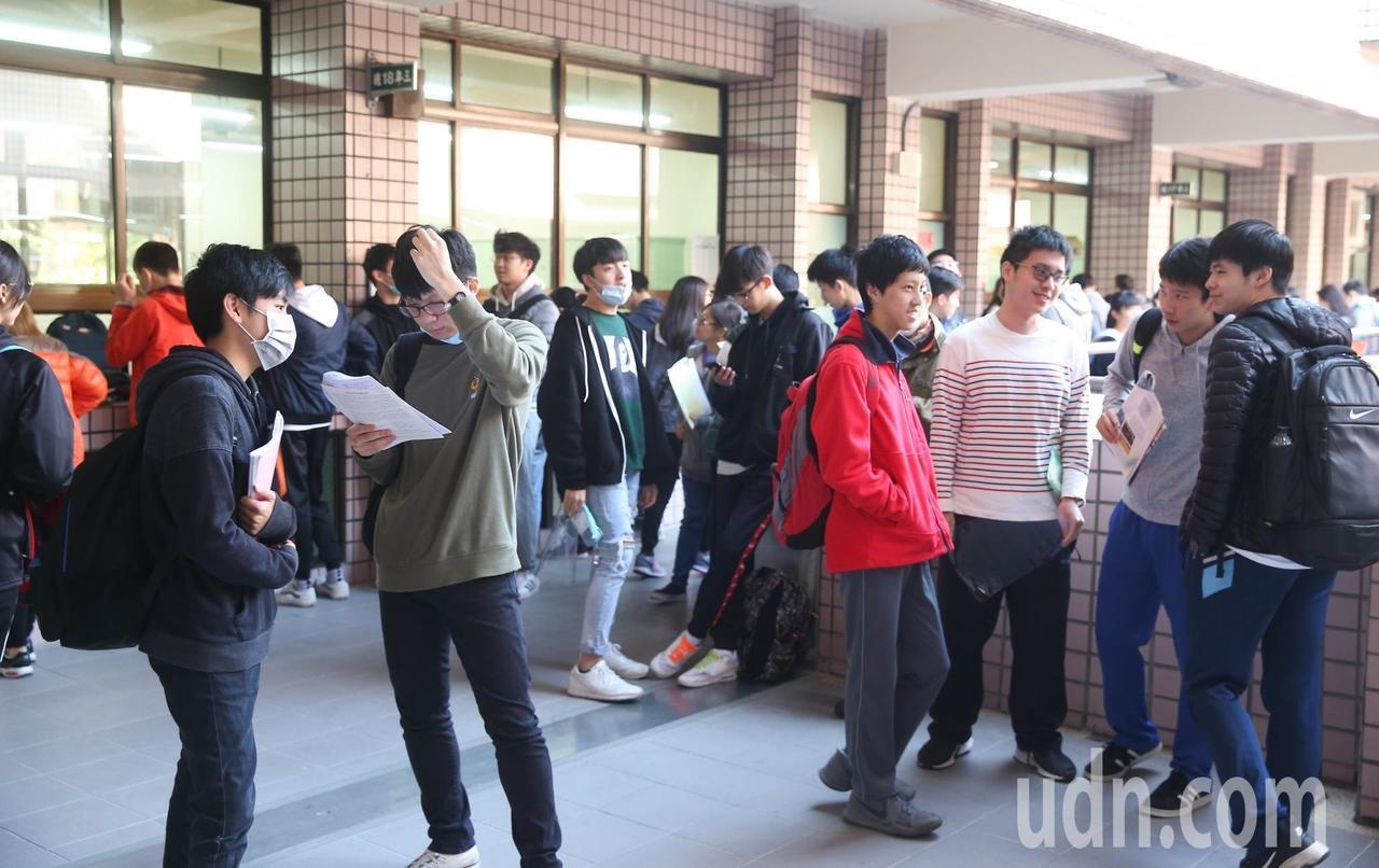 今年學測重考生增加4千多人。報系資料照片/記者余承翰攝影