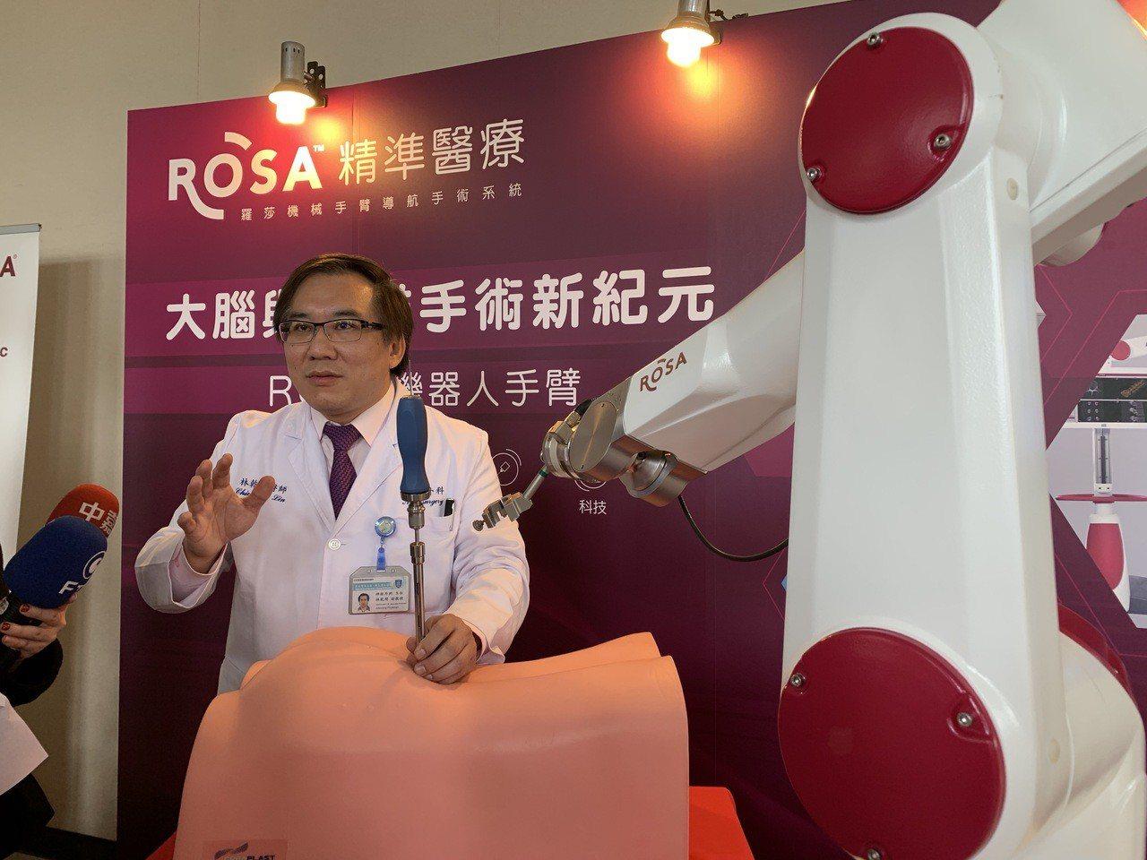 台北神經醫學中心副院長林乾閔講解法國ROSA機器人。記者魏翊庭/攝影