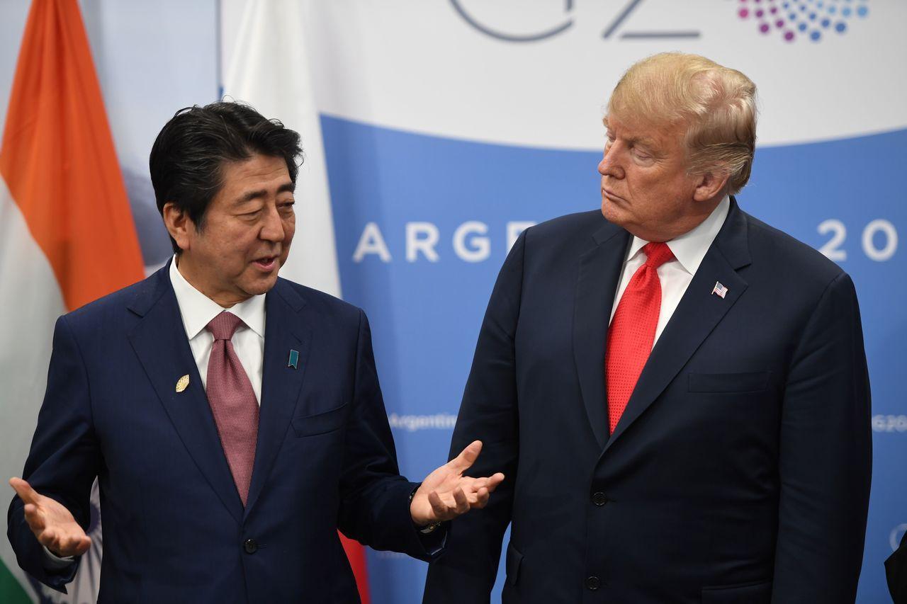 日本首相安倍晉三(左)與美國總統川普去年11月30日在G20峰會上會面,從此兩人未再會面或通電話。法新社