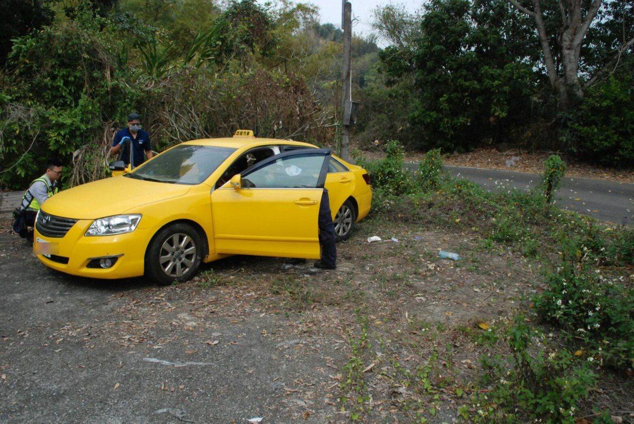 吳男駕駛父親的計程車帶妻兒尋短,車子停在太平山區路旁。圖/警方提供