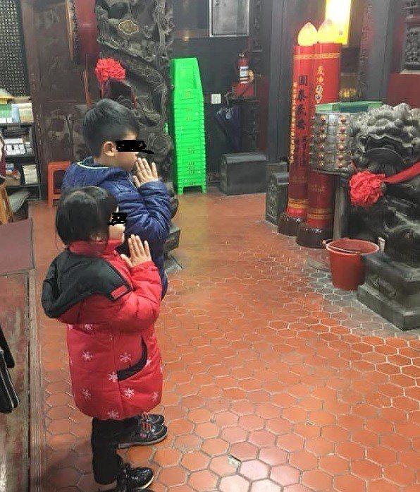 吳男的臉書上有兩名兒女向神名拜拜的照,吳男在說明中寫著「小小鬼直接大叫希望媽媽快...