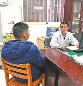 武漢市東湖醫院內科副主任醫師馬剛提醒王姓男子,只有做到「管住嘴、邁開腿,飲食營養...