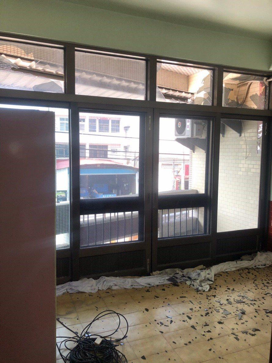 王姓住家的大門玻璃無端碎裂滿地,竟是砂石車爆胎釀禍。記者徐白櫻/翻攝