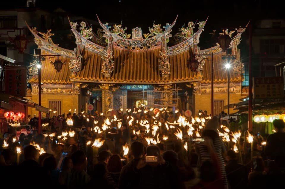 新竹北埔比照古早元宵節作法,民眾晚上拿著用竹子製作的「油笐火」,組隊繞行秀巒山。...