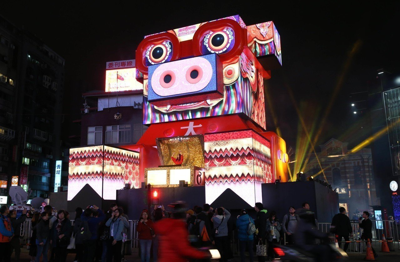 2019台北燈節主燈「百變豬寶亮晶晶」。記者林俊良/攝影