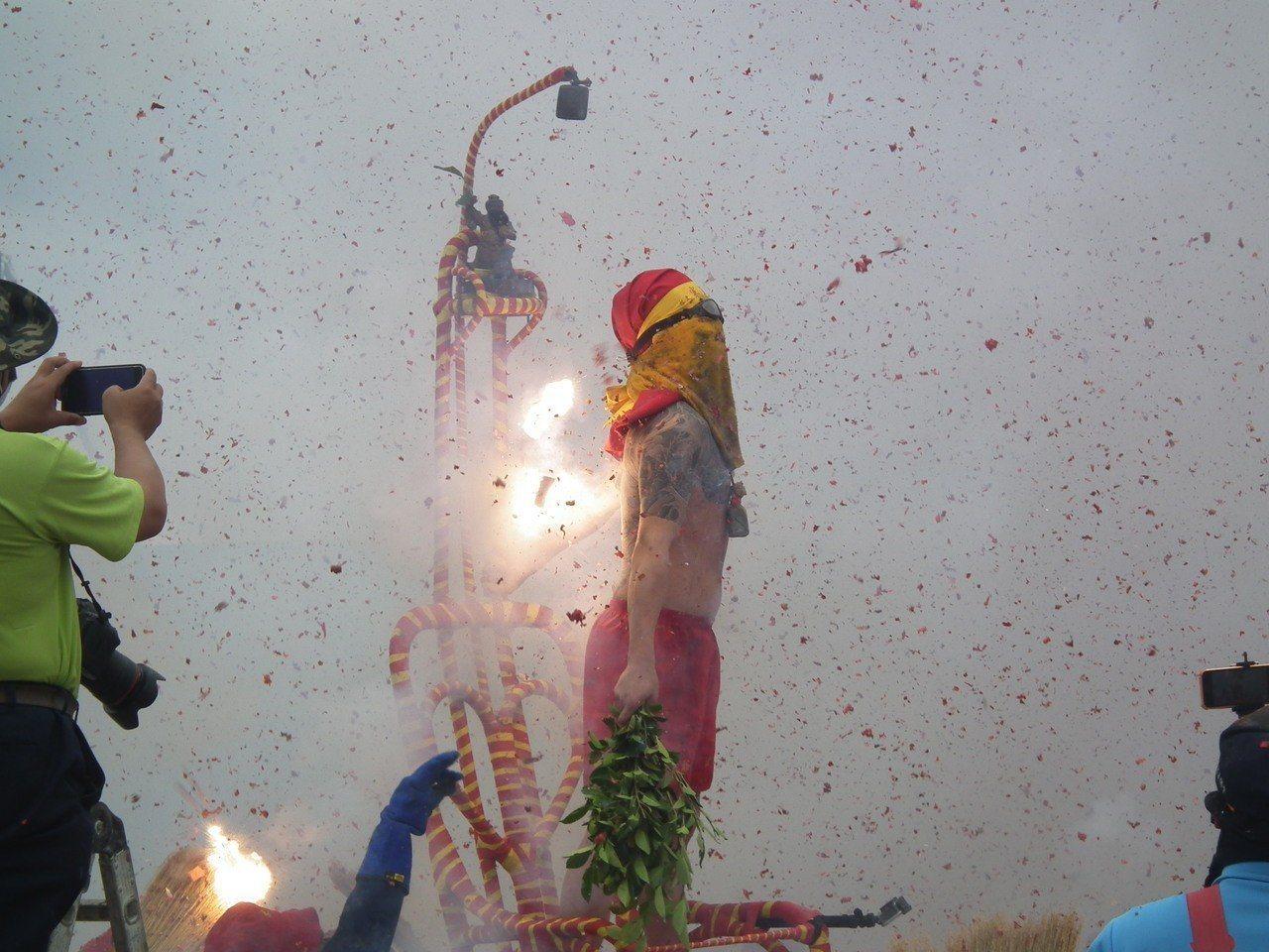 台東市元宵節炸寒單活動。圖/報系資料照片