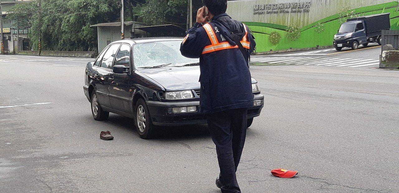 南榮公墓前路段今下午發生行人擦撞自小客車車禍事故,2名行人傷重送醫搶救。記者賴郁...