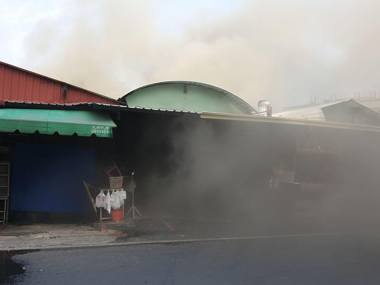 南投縣草屯大觀市場火警,濃煙不斷竄出且持續悶燒,整個市場煙霧瀰漫,連呼吸都有困難...