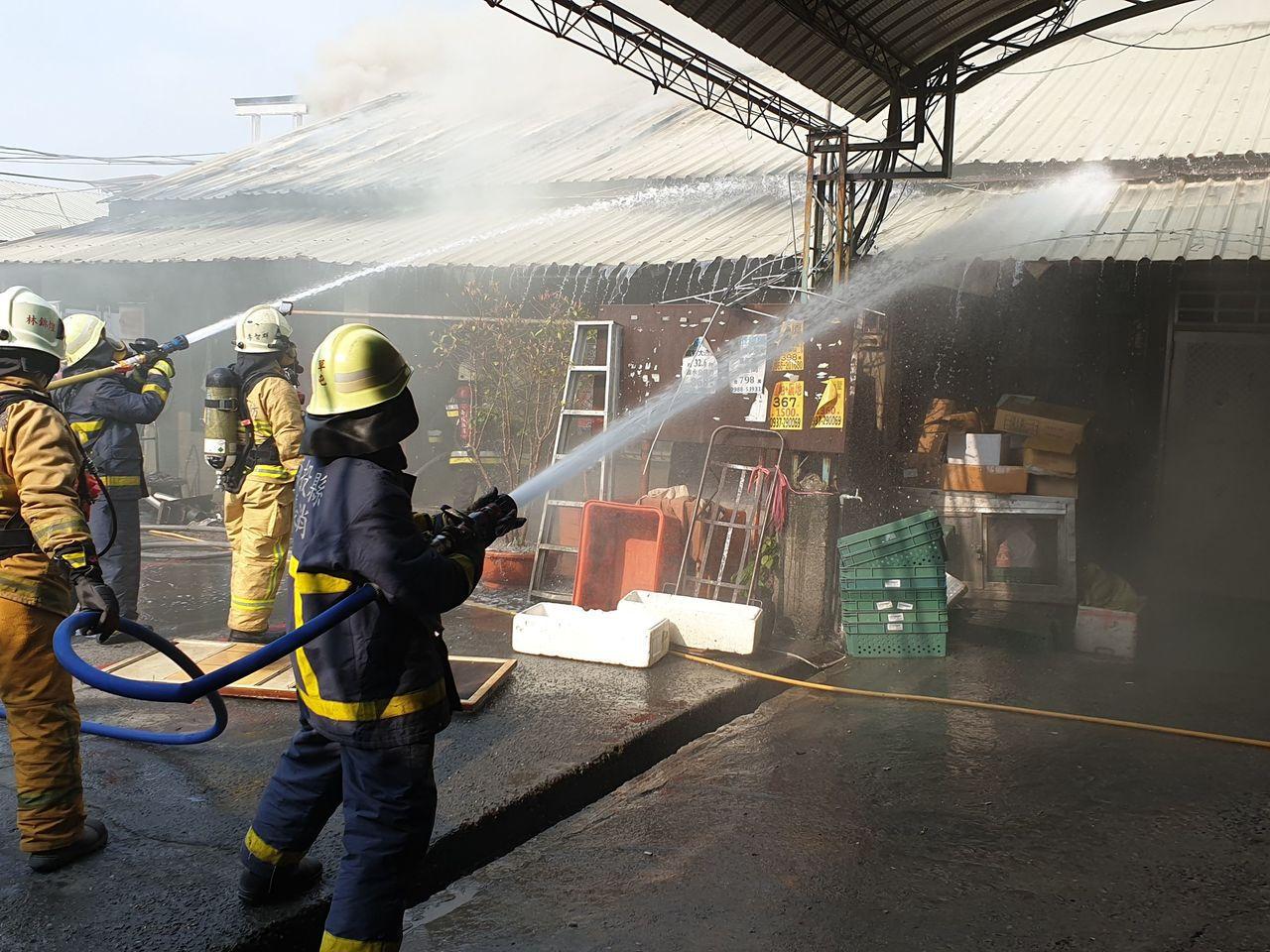 南投縣草屯大觀市場今下午有火警,濃煙不斷竄出,消防隊馳援,雖控制火勢,但持續悶燒...