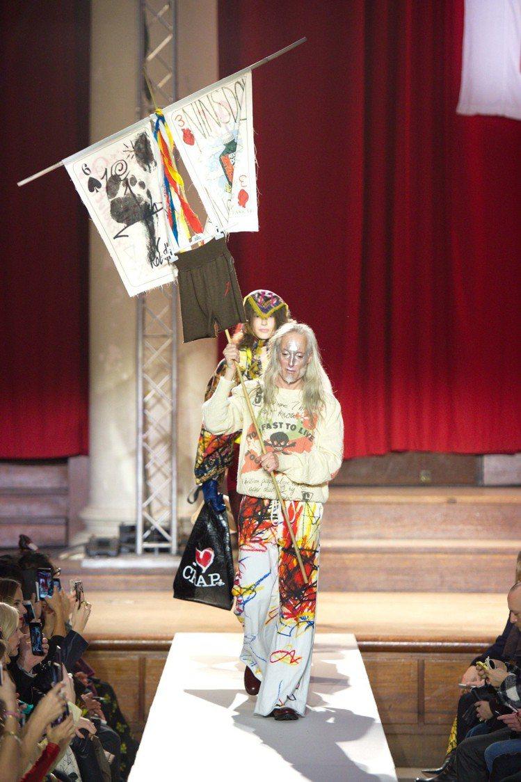 寫有對於環境變遷的抗議旗幟,已成為了Vivienne Westwood秀場的風景...