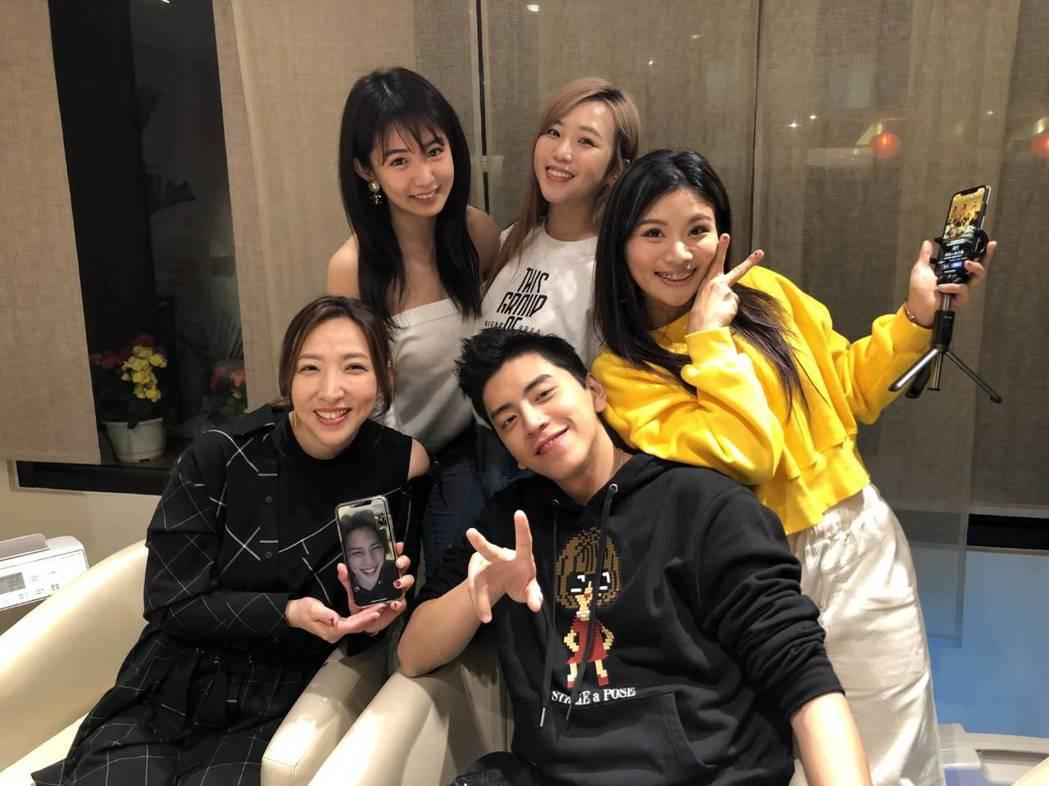 陳玉珊(前排左)、王大陸(前排右)加入「這群人」直播一同與影迷互動,後排左起為瑤...