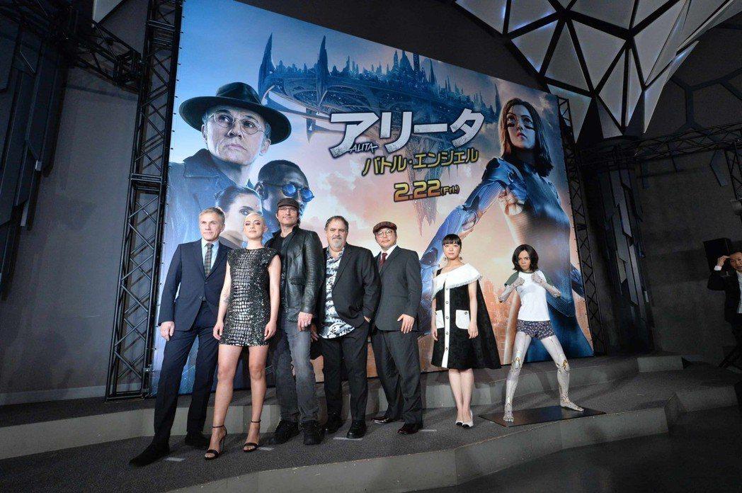 「艾莉塔:戰鬥天使」日本首映會相當熱烈,主創幾乎全到場,原著作者木城幸人也力挺。...