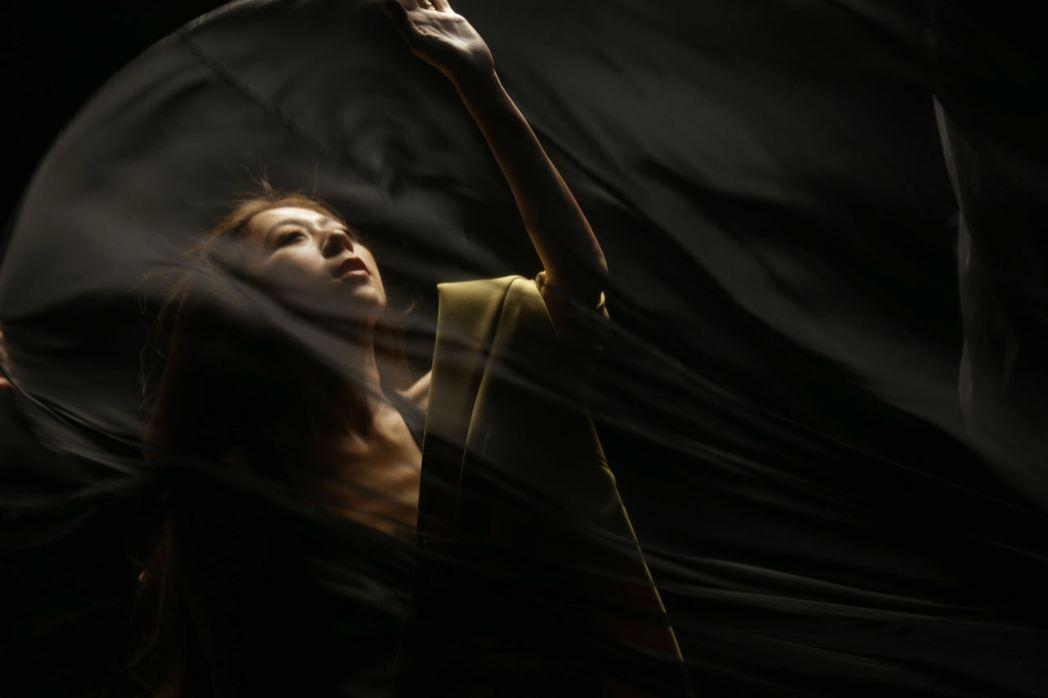 陳綺貞在新歌「跳舞吧」MV中隨性跳舞。圖/添翼創越提供