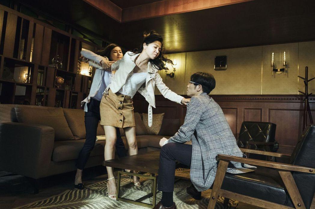 謝盈萱(左)劇中黑道男鬼上身,拳打蕭敬騰。圖/公視提供