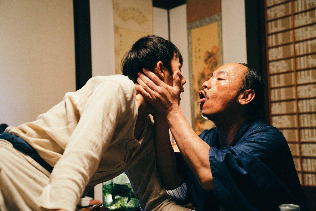 吳政迪(左)被強吻。圖/客台提供