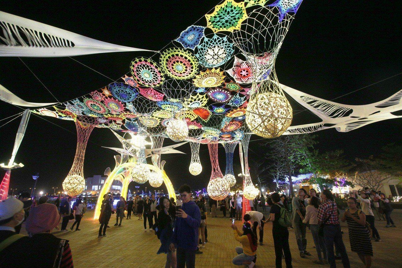 台灣燈會的各式燈區都吸引許多遊客駐足。記者劉學聖/攝影
