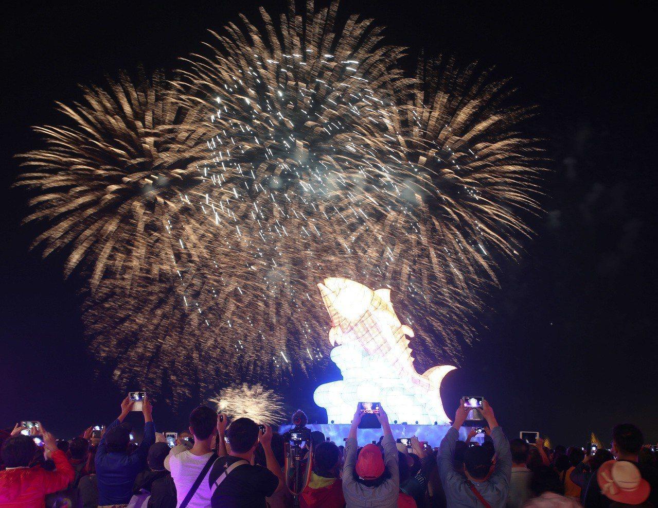 今晚在台灣燈會總彩排中,「巨鮪來富」主燈與海上煙火相互輝映。記者劉學聖/攝影